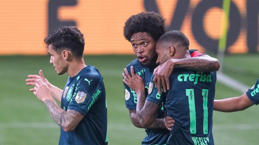 Wesley comemora com Luiz Adriano na partida entre Palmeiras e Chapecoense - Marcello Zambrana/AGIF