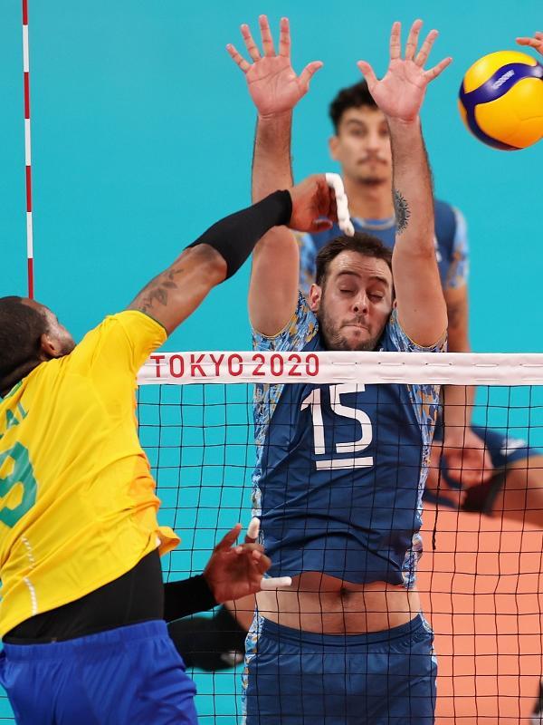 Leal, do Brasil, em ataque contra a Argentina no duelo no vôlei masculino nos Jogos Olímpicos de Tóquio