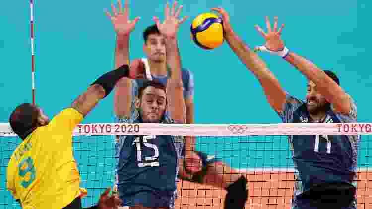 Leal, do Brasil, em ataque contra a Argentina no duelo no vôlei masculino nos Jogos Olímpicos de Tóquio - Toru Hanai/Getty Images - Toru Hanai/Getty Images
