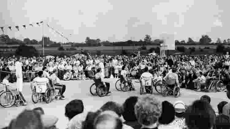 A equipe de basquete dos EUA marca contra a Holanda nos Jogos Internacionais de Stoke Mandeville em 30 de julho de 1955 - Fred Ramage/Keystone/Hulton Archive/Getty Images - Fred Ramage/Keystone/Hulton Archive/Getty Images