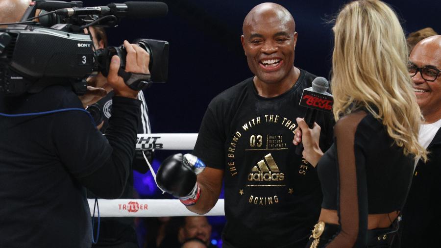 Anderson Silva sorri em entrevista após nocautear Tito Ortiz - Douglas P. DeFelice/Getty Images/AFP