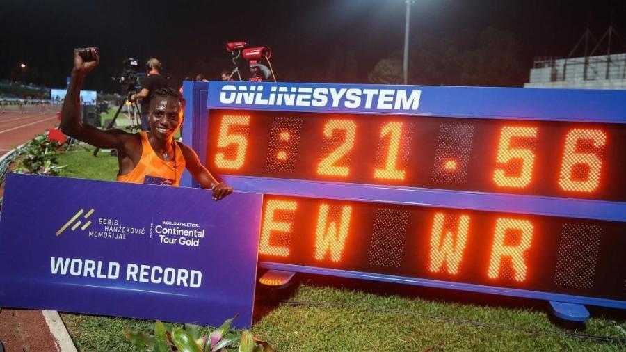 15.9.21- Francine Niyonsaba celebra recorde mundial nos 2.000 m - Reprodução/Twitter @FrancineNiyons4