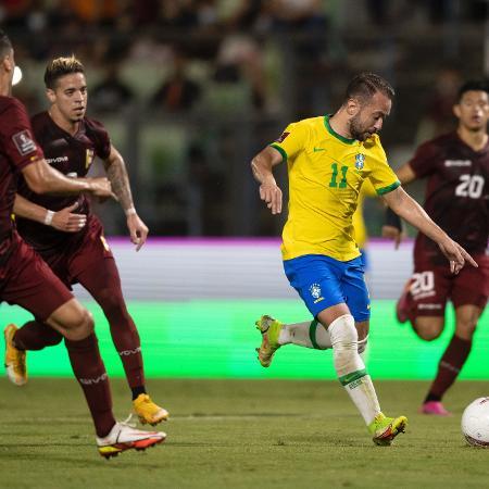 Everton Ribeiro tenta jogada em Venezuela x Brasil pelas Eliminatórias - Lucas Figueiredo/CBF