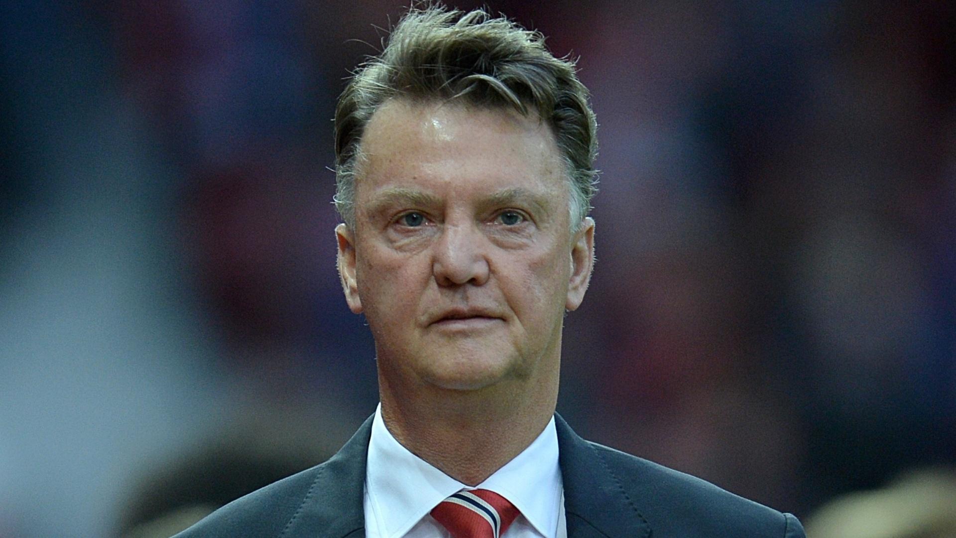 Van Gaal segue em direção ao vestiário no intervalo do confronto entre Manchester United e Club Brugge