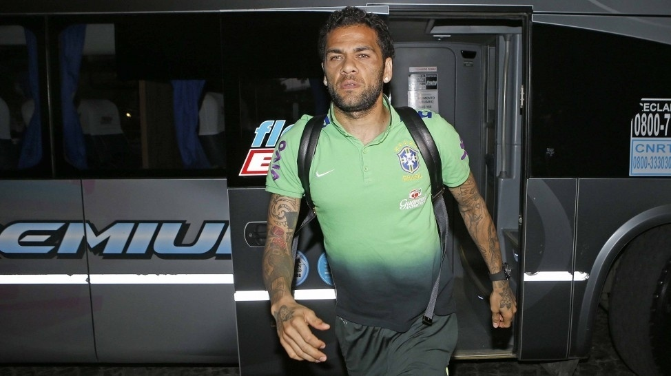 Daniel Alves deixa o ônibus da seleção brasileira na chegada a Buenos Aires