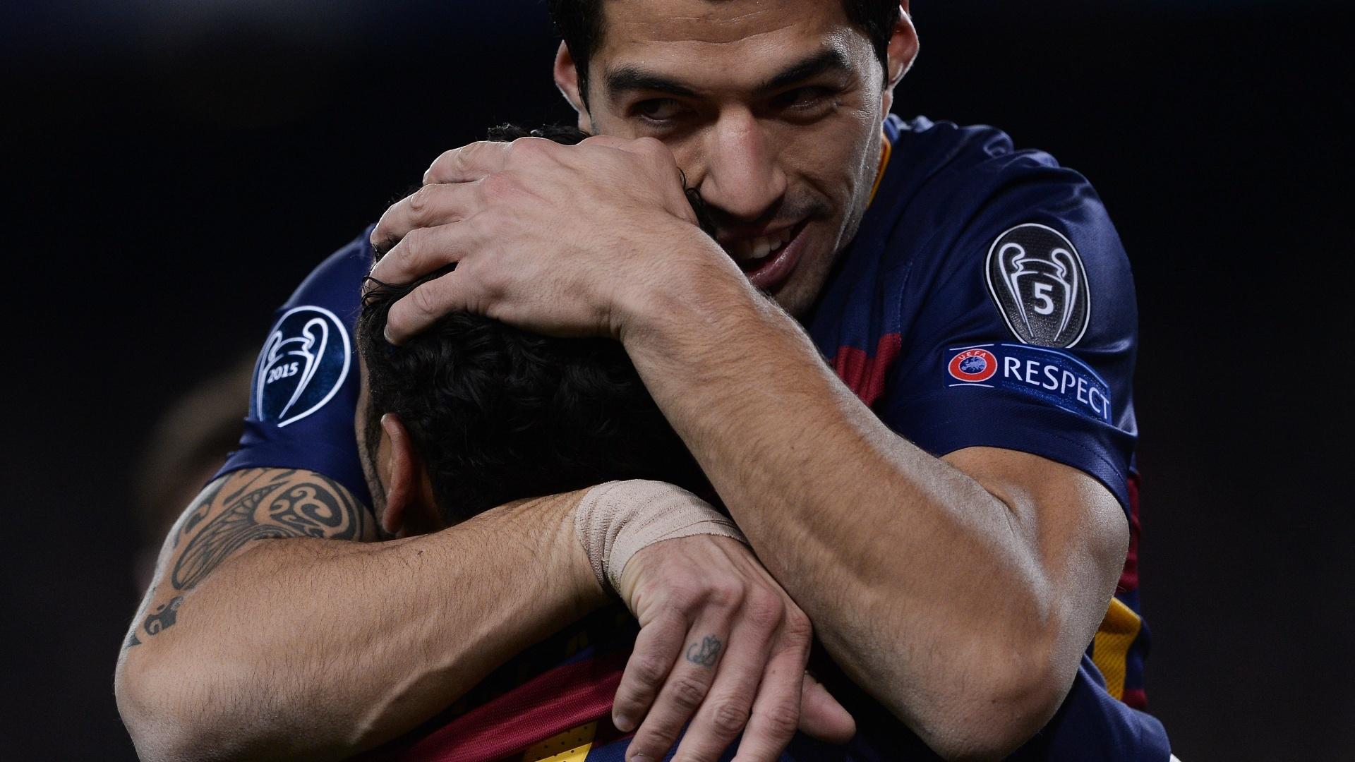 Luis Suárez abraça Daniel Alves para agradecer pelo passe que resultou no primeiro gol do Barça contra a Roma