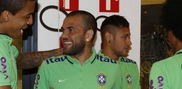 Daniel Alves foi titular com a seleção