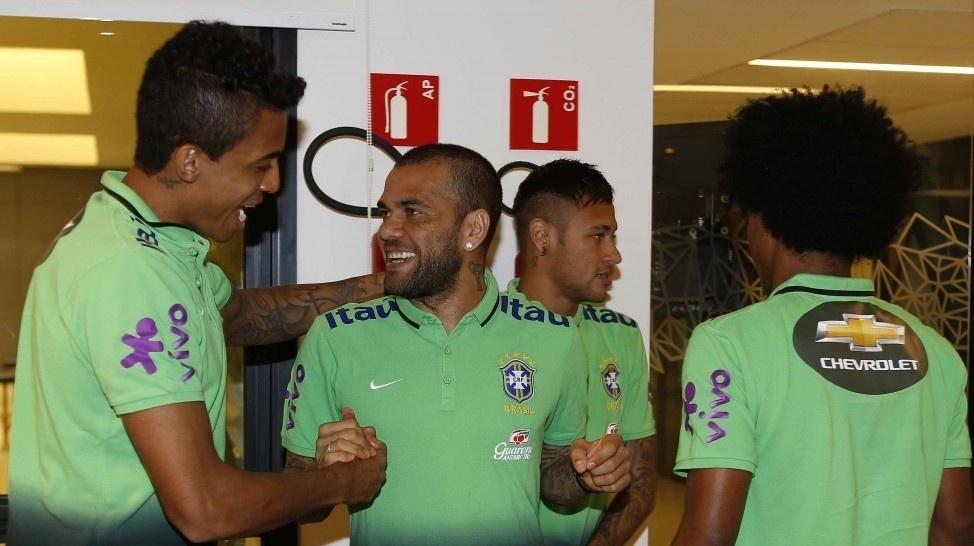 Neymar e Daniel Alves chegam à Granja Comary