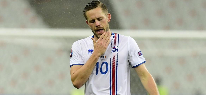 Gylfi Sigurdsson, da Islândia, pode perder a Copa do Mundo por uma lesão no joelho - AFP PHOTO / TOBIAS SCHWARZ