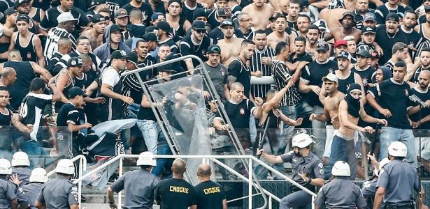 Torcida do Corinthians entre em conflito com a Polícia Militar no intervalo do clássico