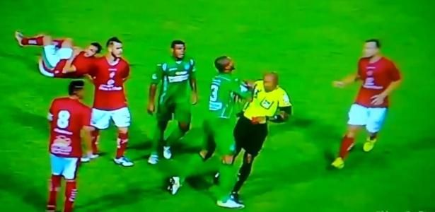 Inconformado com sua expulsão, Ferreira agrediu o árbitro e foi contido pelos colegas