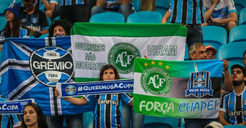 Torcedores do Grêmio prestam homenagem à Chapecoense antes da decisão começar