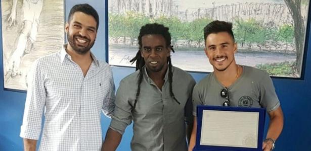 Jogador recebeu uma placa e camisa em homenagem da diretoria do Cruzeiro