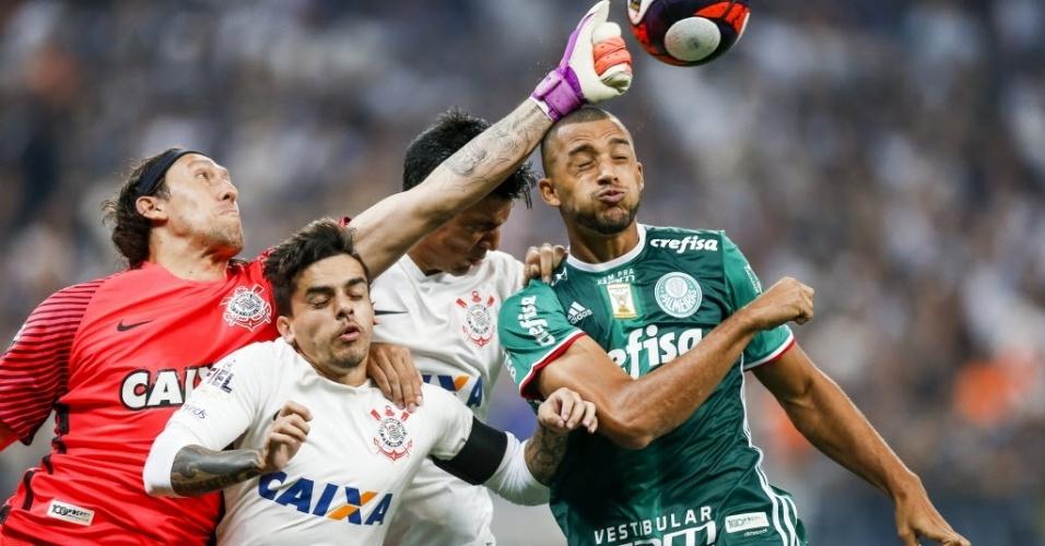 O goleiro corintiano Cássio se antecipa a Vitor Hugo, do Palmeiras