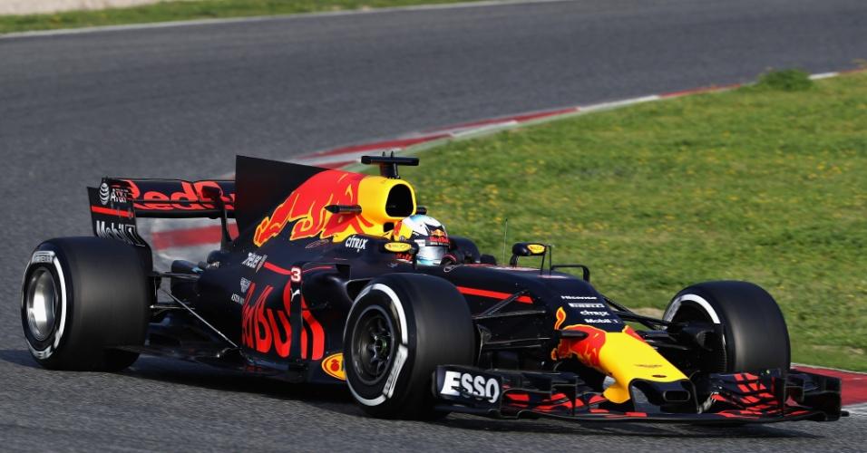 Com Daniel Ricciardo ao volante, a Red Bull começou os testes tendo problemas