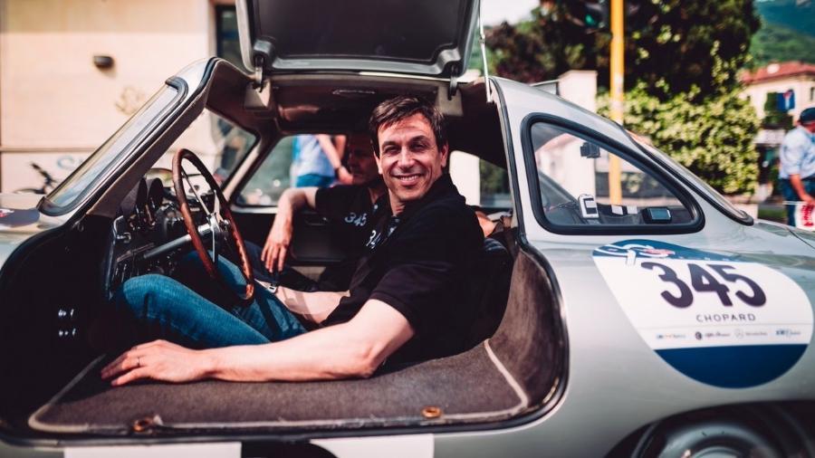 Toto Wolff, chefe da equipe Mercedes na F-1, a bordo de seu carro na Mille Miglia - Divulgação/Mercedes