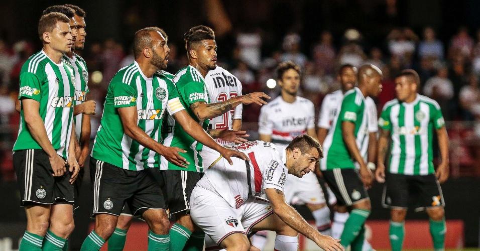 Lucas Pratto do Sao Paulo disputa lance com Alecsandro do Coritiba durante partida no Estadio do Morumbi