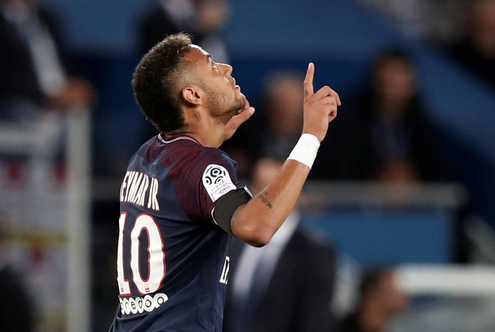 Neymar faz dois e se emociona em homenagem em primeiro jogo em casa no PSG  - 20 08 2017 - UOL Esporte 72f16bad41795