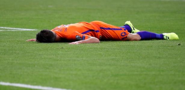 Robin van Persie vai ao chão durante jogo da Holanda contra a França