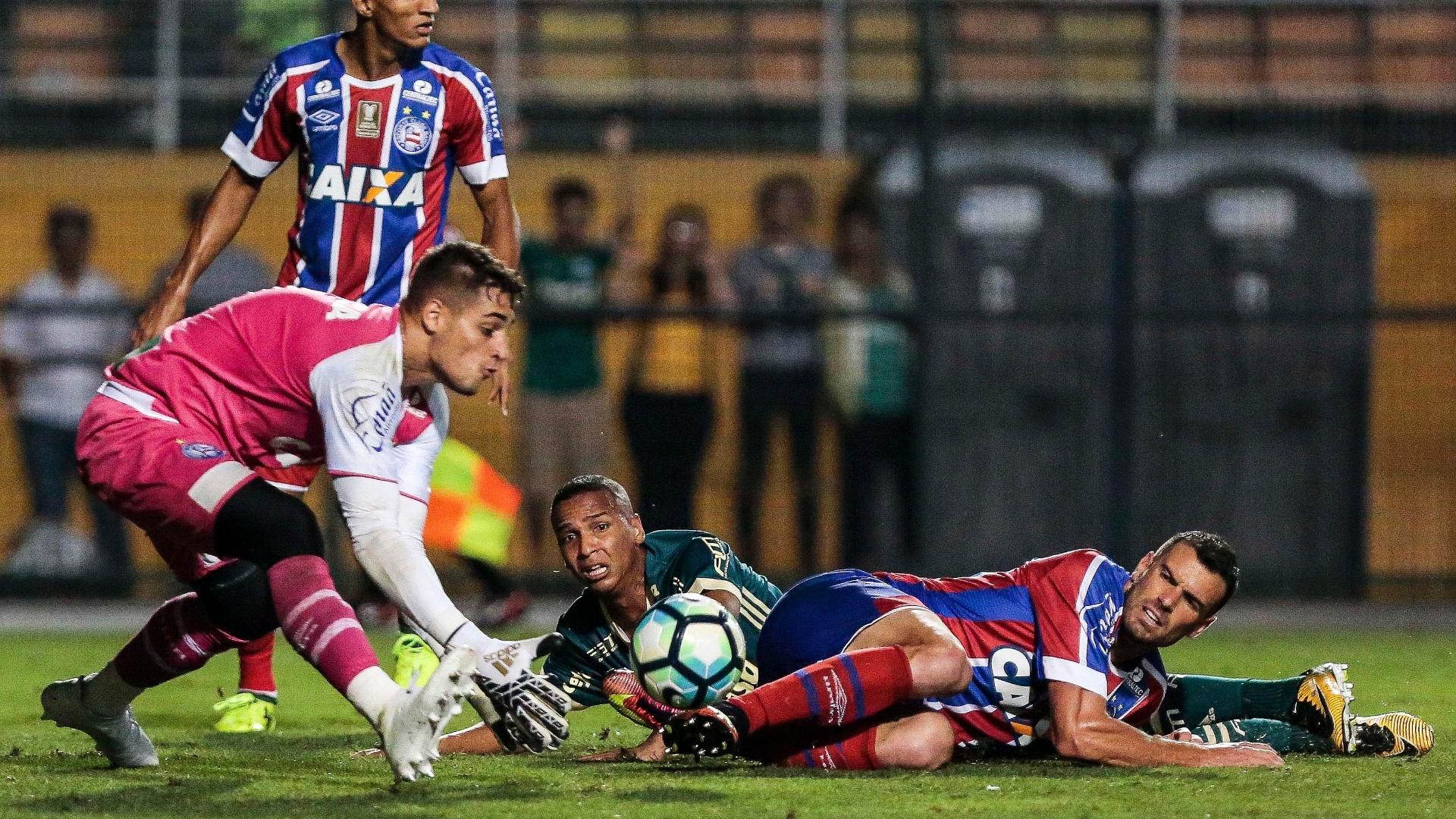 O goleiro Jean faz a defesa e é observado por Deyverson e Lucas Fonseca; Palmeiras x Bahia
