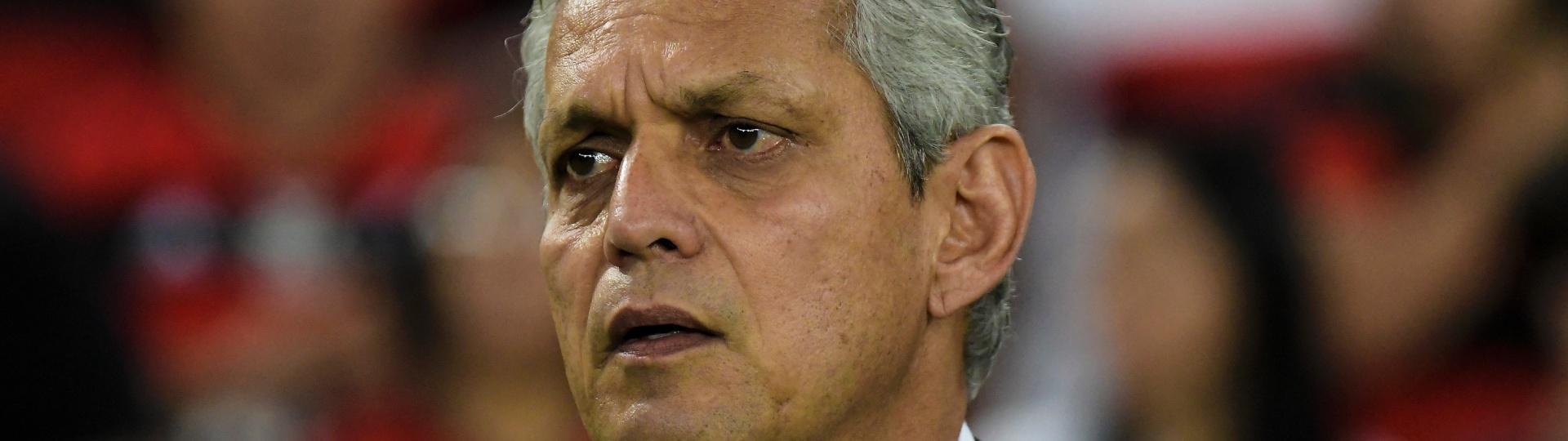 O colombiano Reinaldo Rueda acompanha o jogo do Flamengo contra o Fluminense