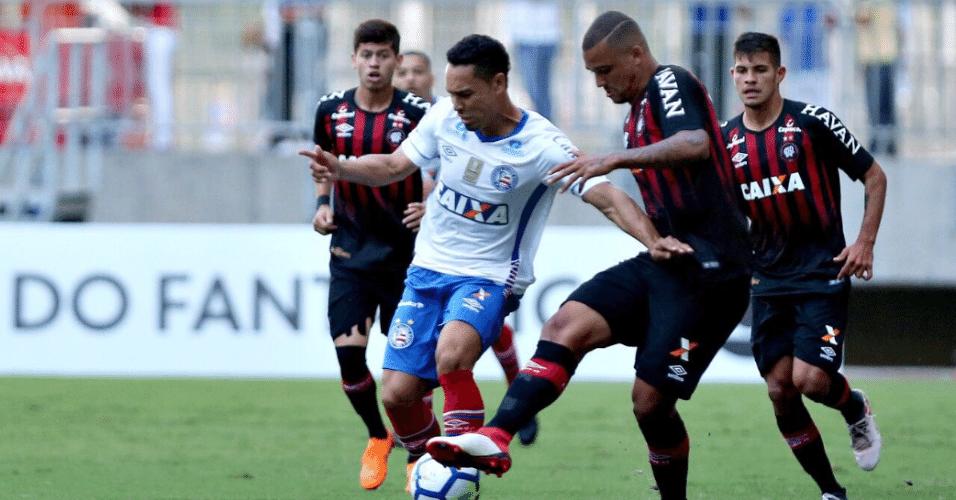 Jogadores do Atlético-PR tentam desarme em duelo contra o Bahia