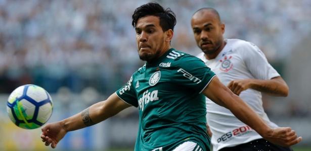 Gustavo Gomez, do Palmeiras, domina a bola e é seguido por Roger, do Corinthians - Daniel Vorley/AGIF