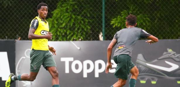 Denílson em ação durante treino do Atlético-MG; jogador pode deixar o clube - Bruno Cantini/Divulgação/Atlético-MG