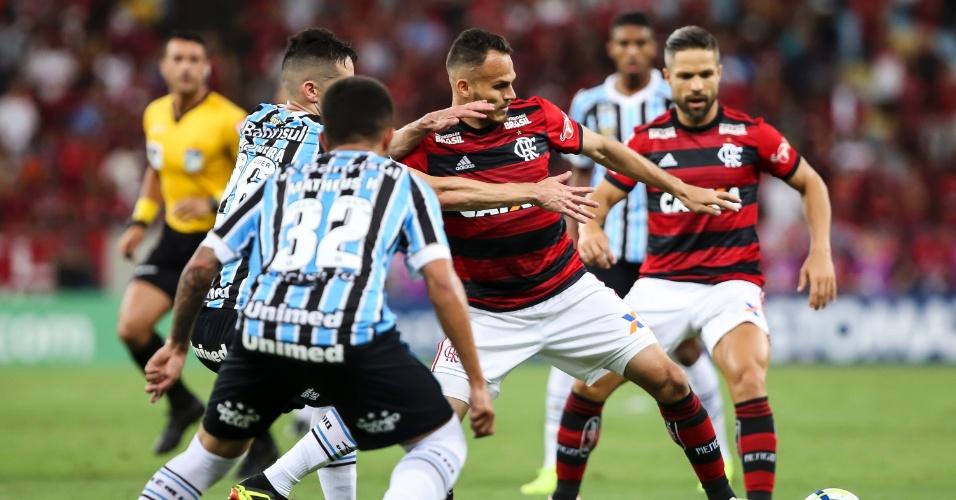 Renê, do Flamengo, domina a bola e é cercado por jogadores do Grêmio