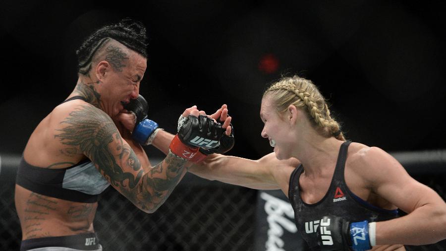 Andrea Lee acerta Ashlee Evans-Smith durante luta no UFC - Joe Camporeale-USA TODAY Sports