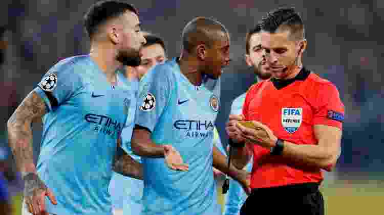 Fernandinho fala com árbitro ao receber cartão no Manchester City - Matthew Childs/Reuters - Matthew Childs/Reuters