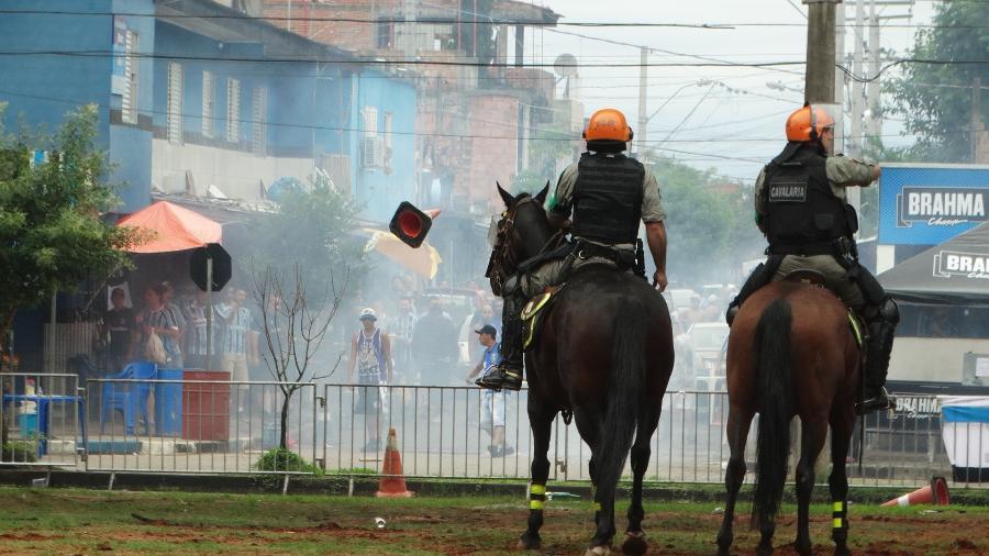Torcida do Grêmio entra em conflito com a Brigada Militar antes de Gre-Nal - Marinho Saldanha/UOL