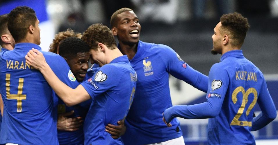 Jogadores da França comemoram gol de Umtiti sobre Islândia
