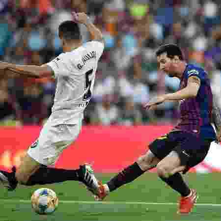 Gabriel Paulista trava chute de Messi -  PAU BARRENA / AFP