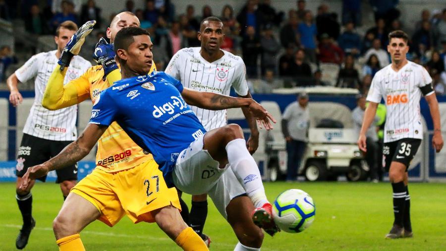 Raniel encara goleiro Walter na partida com o Corinthians - Dudu Macedo/FotoArena/Estadão Conteúdo