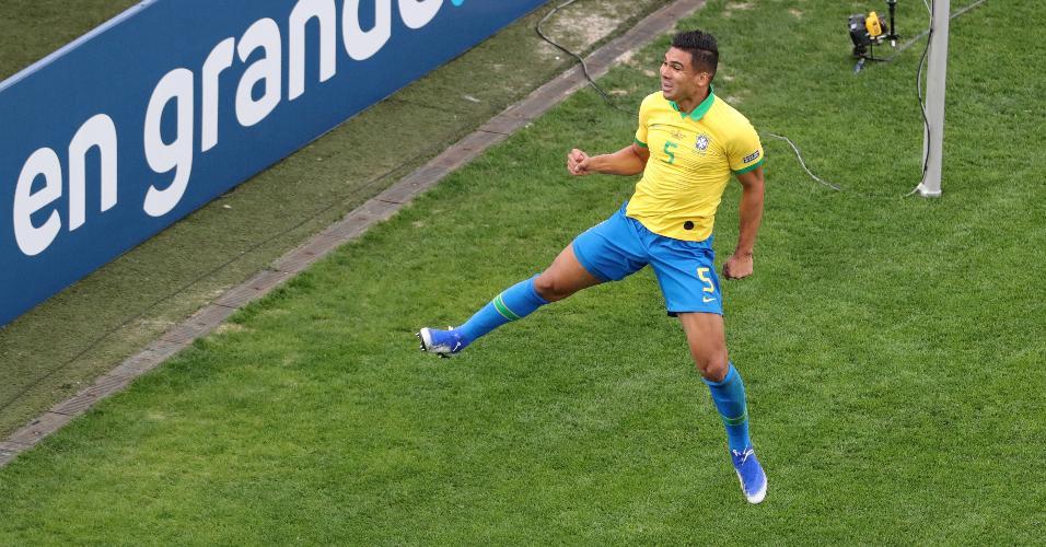 Casemiro comemora o gol da seleção do Brasil diante do Peru