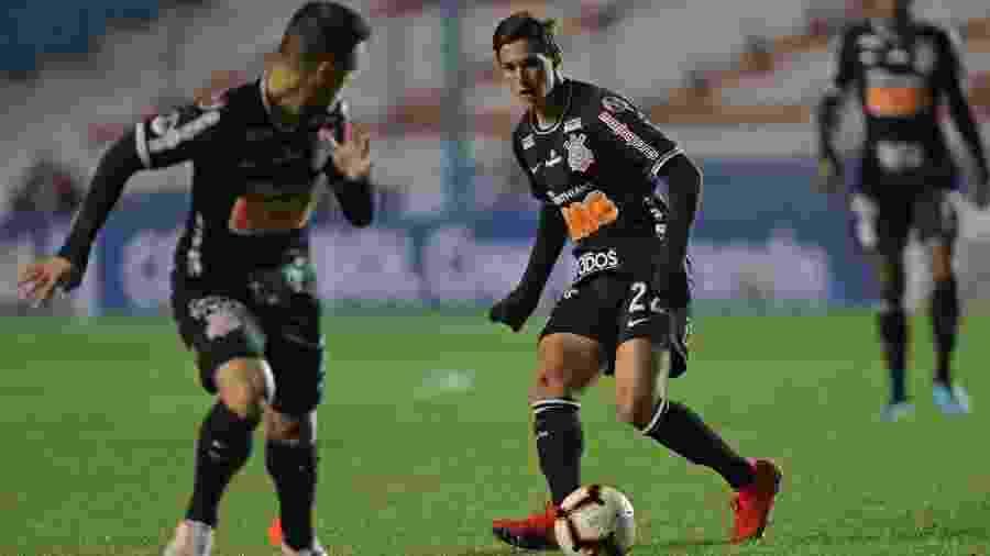 Mateus Vital, do Corinthians, passa a bola para Ramiro em jogo contra o Montevideo Wanderers - Raúl Martínez/EFE