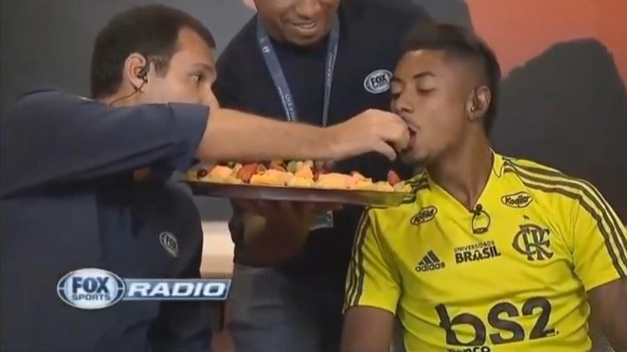 Repórter do Fox Sports coloca morango na boca de Bruno Henrique - reprodução/Fox Sports