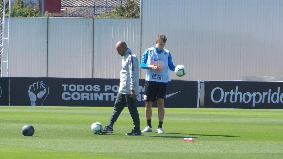 Carlos Augusto, lateral do Corinthians, e o preparador físico Fabrício Pimenta em treino no CT Joaquim Grava - Gabriel Carneiro/UOL Esporte