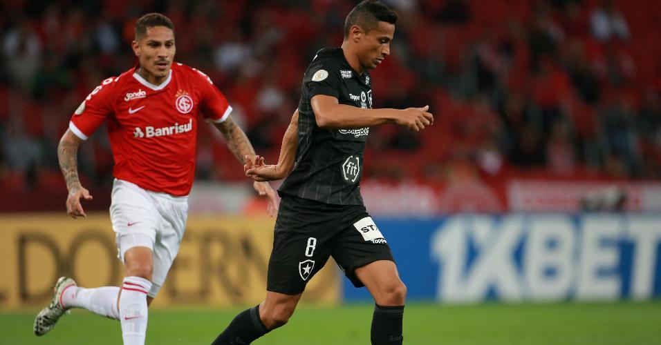 Cicero, do Botafogo, em ação com Paolo Guerrero, do Internacional
