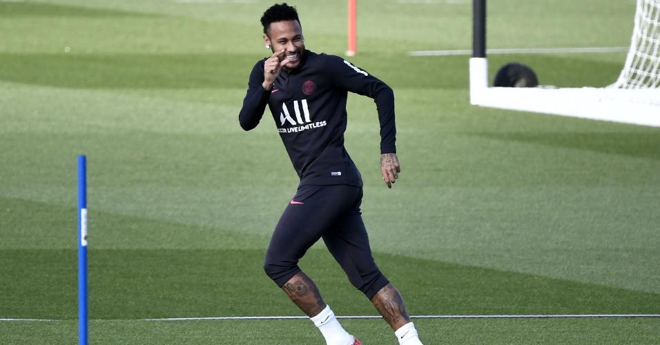 Neymar brinca ao chegar atrasado ao treinamento do PSG