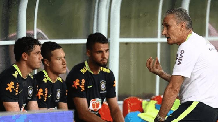 Marlon recebe instruções de Tite em treinos da seleção brasileira na Granja Comary - Lucas Figueiredo/CBF - Lucas Figueiredo/CBF