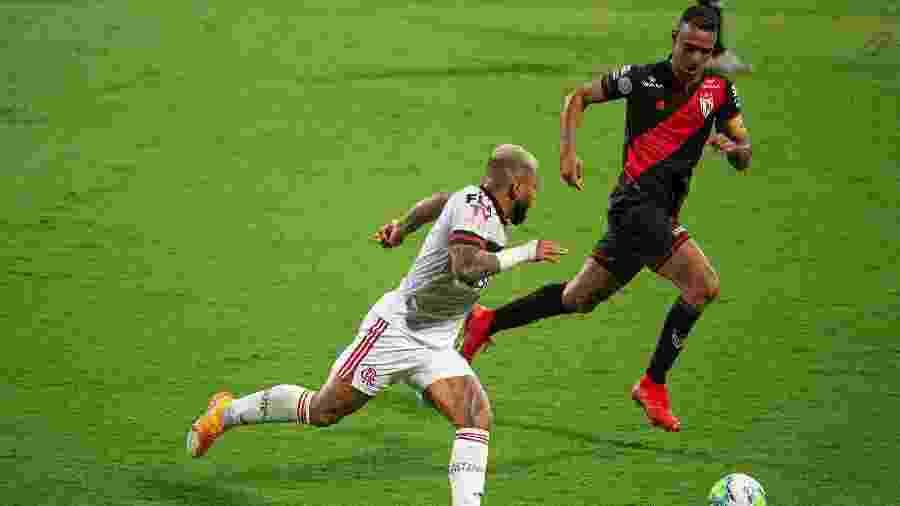Gabigol, do Flamengo, conduz a bola na partida contra o Atlético-GO, pelo Brasileirão 2020 - Alexandre Vidal/Flamengo