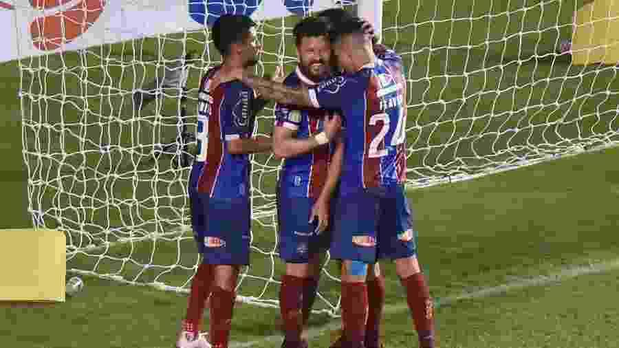 Jogadores do Bahia comemoram o gol de Rodriguinho contra o Coritiba - Walmir Cirne/AGIF