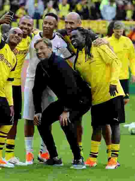 Tinga e ex-brasileiros do Borussia Dortmund tiram foto com técnico Jürgen Klopp - Christof Koepsel/Bongarts/Getty Images