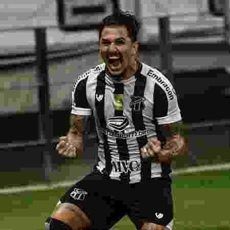 Vina comemora gol da virada do Ceará sobre o Goiás - Kely Pereira/AGIF - Kely Pereira/AGIF