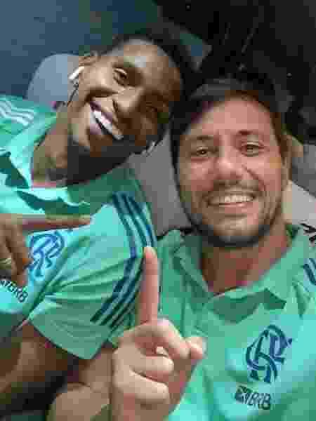 Diego Alves (d) parabenizou o jovem Hugo (e) por grande atuação contra o Athletico - Reprodução