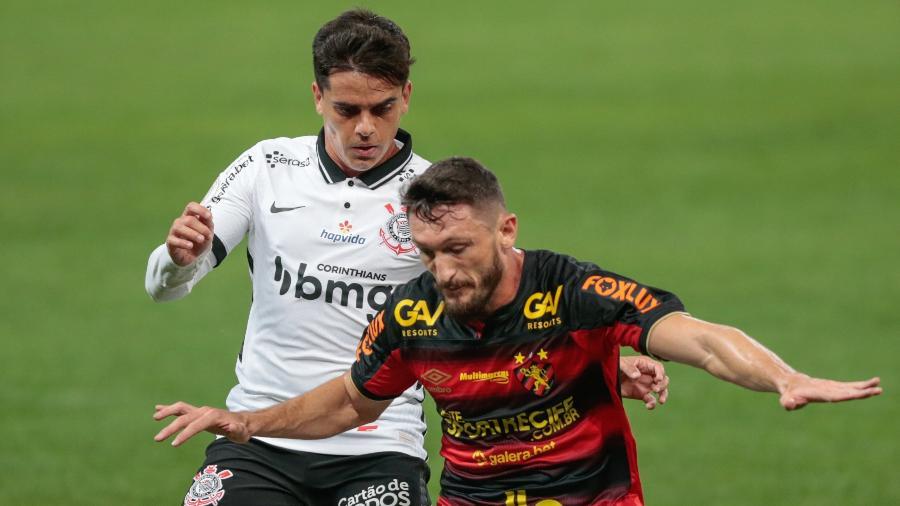 Fagner disputa bola em partida entre Corinthians e Sport no Brasileirão - Marcello Zambrana/AGIF