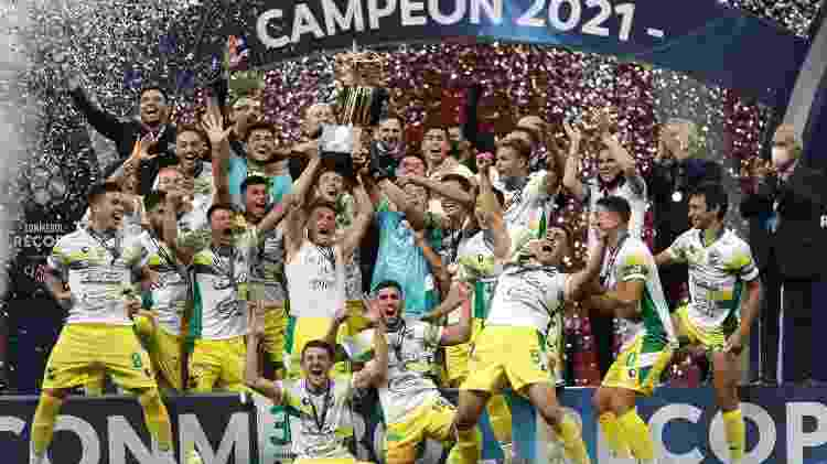 Defensa y Justicia engue troféu de campeão da Recopa Sul-Americana - Getty Images - Getty Images