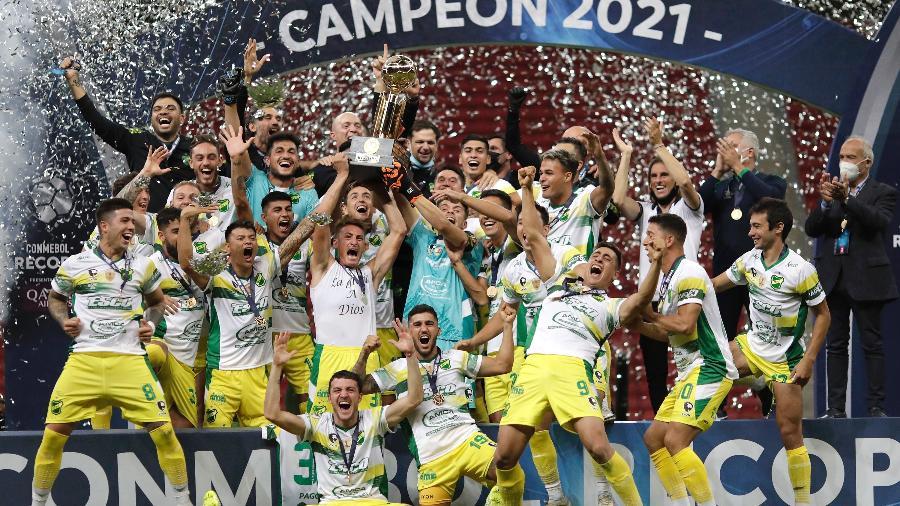 Jogadores do Defensa y Justicia erguem troféu de campeão da Recopa Sul-Americana - Getty Images